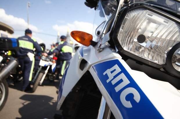На Сельскохозяйственной мотоциклист врезался в открывшуюся дверь автомобиля