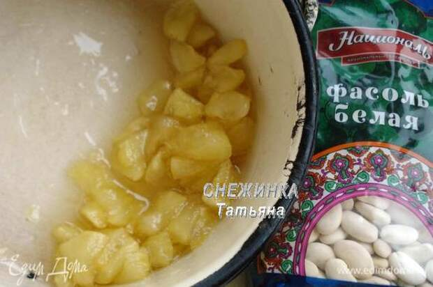 Яблоко очищаем от кожицы и семян, нарезаем небольшим кубиком, засыпаем сахаром и тушим до мягкости, постоянно помешивая.