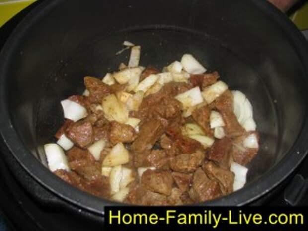 Добавить лук к мясу