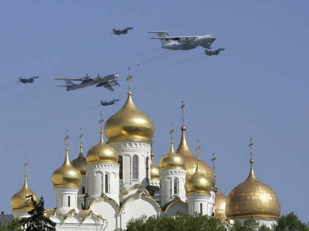 Парад самолетов в День Победы на Красной площадью в Москве