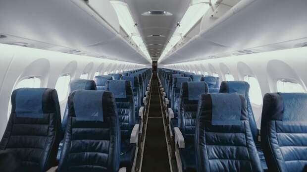 United Airlines выпустили для сотрудников напоминание не приклеивать пассажиров к их местам скотчем