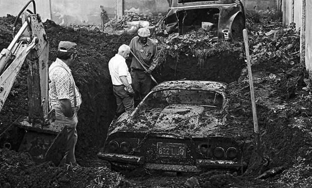 Необычные находки во дворах обычных людей: гоночный Ferrari, кость мамонта и многое другое