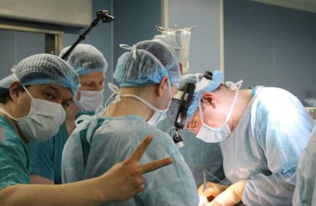 Хирург из Краснодара показал мастер-класс по роботизированным операциям в Боткинской
