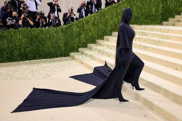 """""""Кто выпустил дементора?"""" Ким Кардашьян на Met Gala поразила черным нарядом без лица"""