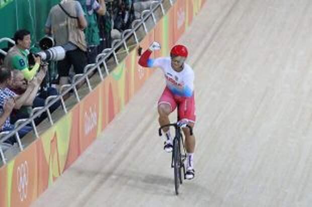 Велогонщик Дмитриев вышел в полуфинал олимпийского турнира в спринте