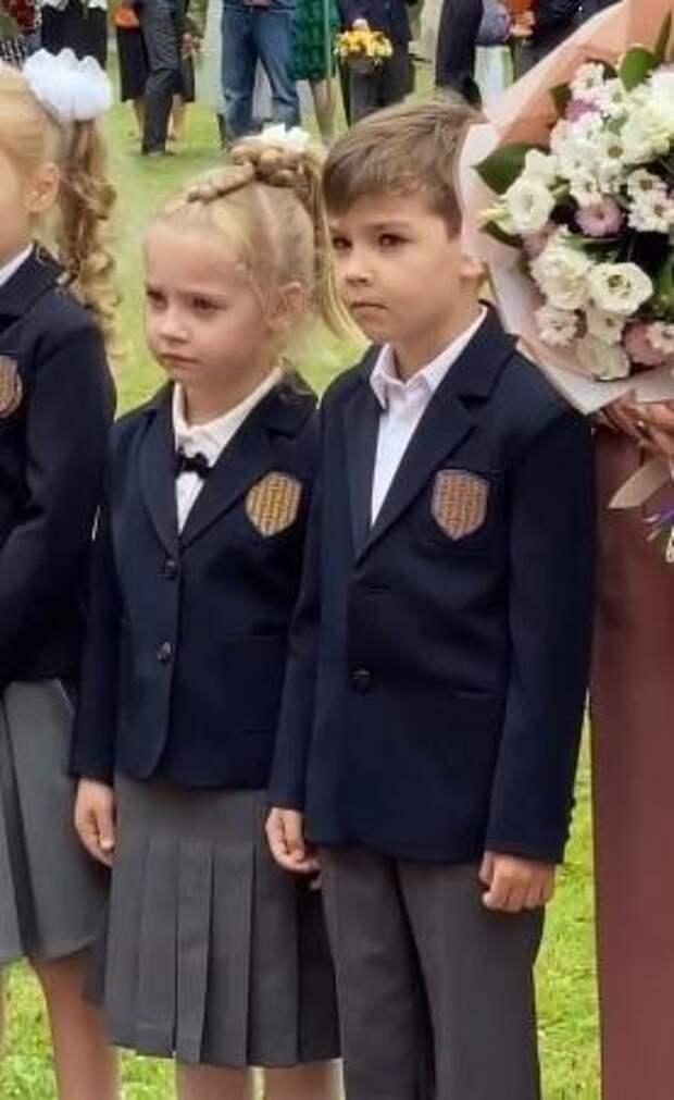 Алла Пугачева расплакалась на школьной линейке своих детей-первоклашек: «Наряжались, переживали»