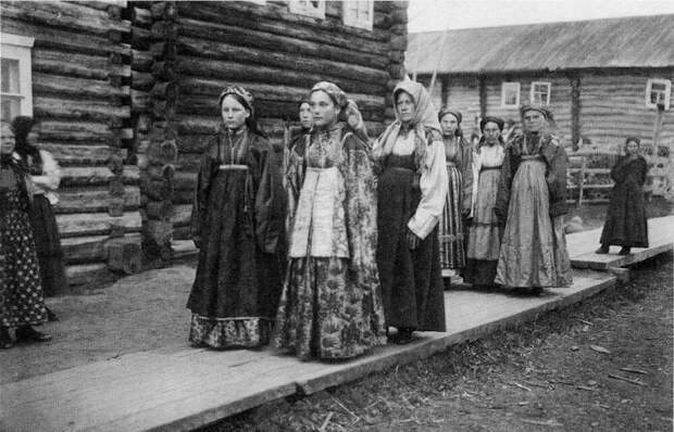 На Пасхальном гулянии по традиции впереди шли молодые и красивые женщины. Во многих случаях барин наблюдал деревню вблизи только на праздник, во время подобных гуляний.