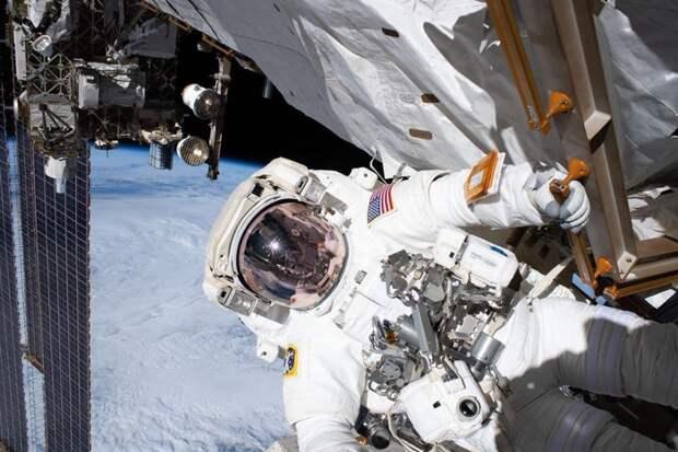 11 крутых фото повседневной работы астронавтов в космосе