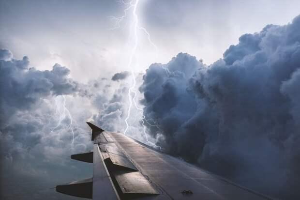 Самолет Japan Airlines совершил экстренную посадку в Осаке