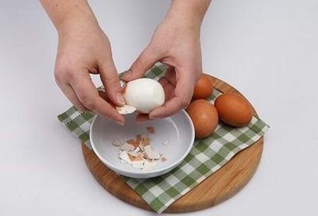 Шаг 1. Очищаем яйца от скорлупы.