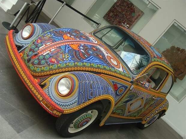 Старенький Volkswagen полностью украсили бисером. Вот он вблизи