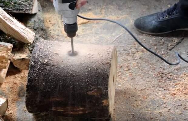 Сбоку бревна необходимо сделать еще одно отверстие, чтобы получился Г-образный ход / Фото: rukami.boltai.com