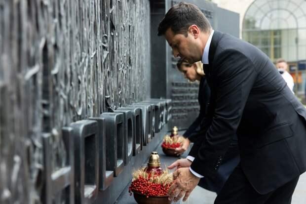 Президент Зеленский с женой у мемориала голодомора в Вашингтоне.
