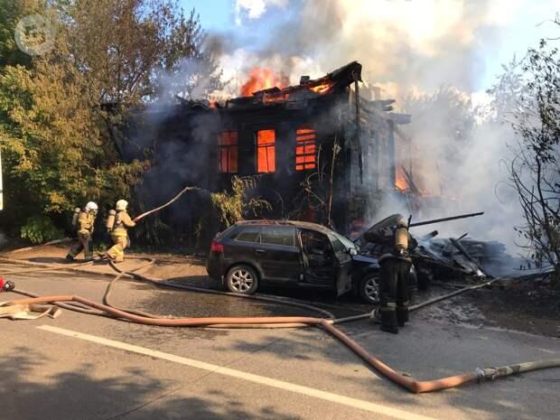 В центре Ижевска горит деревянный дом