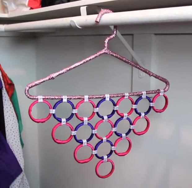 Функциональный органайзер для шарфов и поясов из простой вешалки