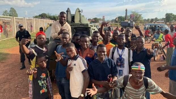 Жители Банги получили продовольствие благодаря помощи российских инструкторов