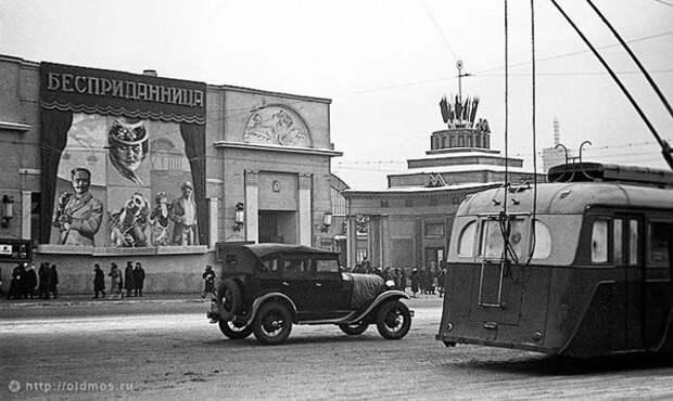 """Кинотеатр """"Художественный"""" на Арбатской площади в Москве. 1937 год"""