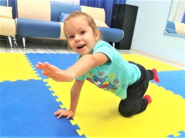 Не спешите, три-четыре: занятия лечебной физкультурой помогут ребятам из Западного Дегунина вылечить плоскостопие