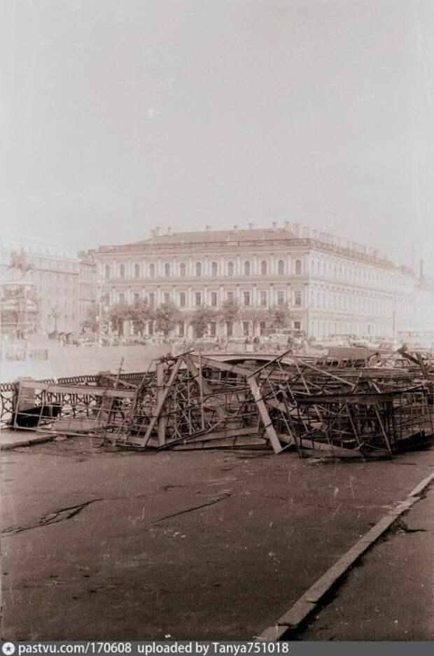В августе 91-го Питер тоже активно митинговал. Революционное прошлое города научило людей строить баррикады. Эти – у здания Ленсовета. история, факты, фото