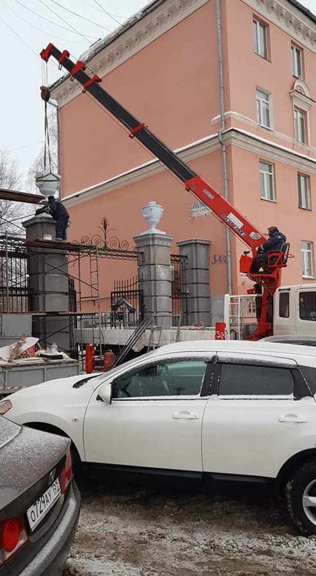 Вазоны появились на воротах у «сталинки» на улице Пушкинской в Ижевске