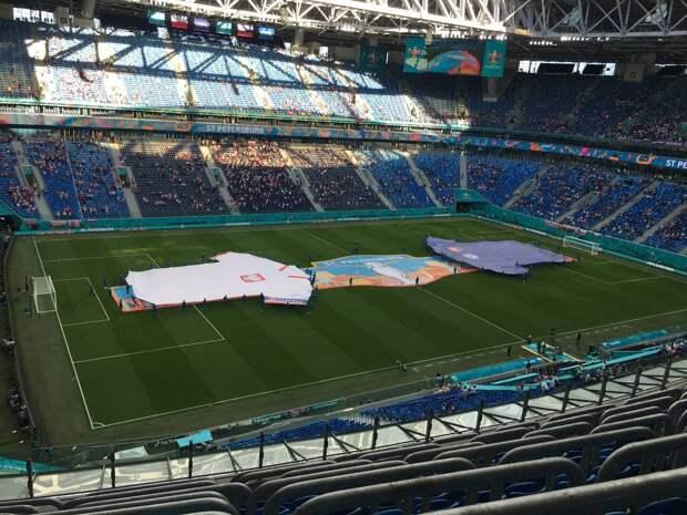 На «Газпром Арене» начался матч Польша — Словакия. Польские болельщики танцевали у Медного всадника