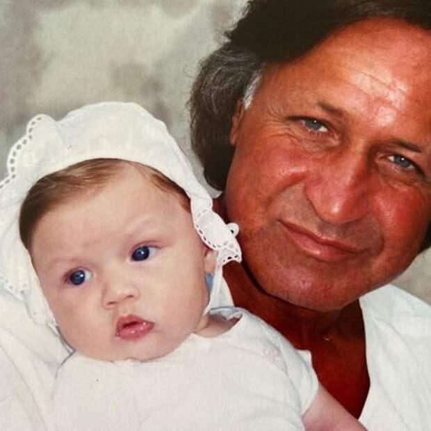 Отец Джиджи Хадид поздравил ее с днем рождения, но его за это раскритиковали