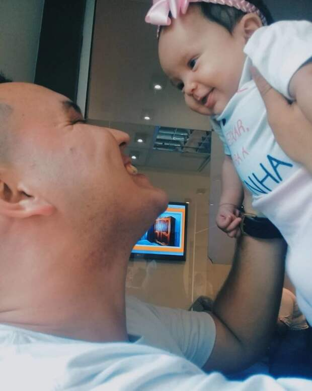 Новорожденная девочка отреагировала улыбкой на голос отца, который слышала до своего рождения