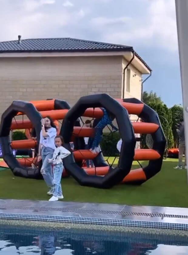 "В стиле ""Аватара"": Джиган и Оксана Самойлова отметили 9-летие своей дочери Ариелы"