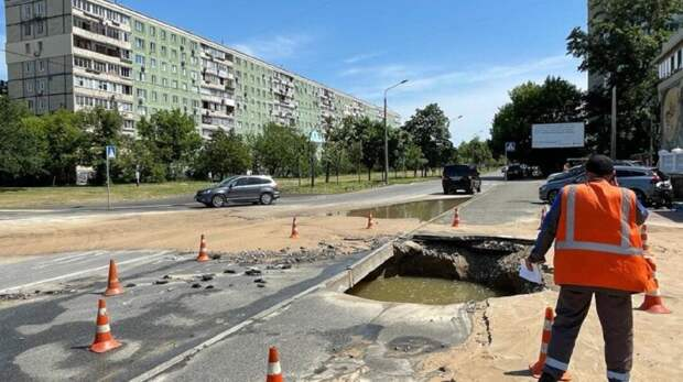 В Киеве затопило улицу: люди экстренно спасают авто. Видео