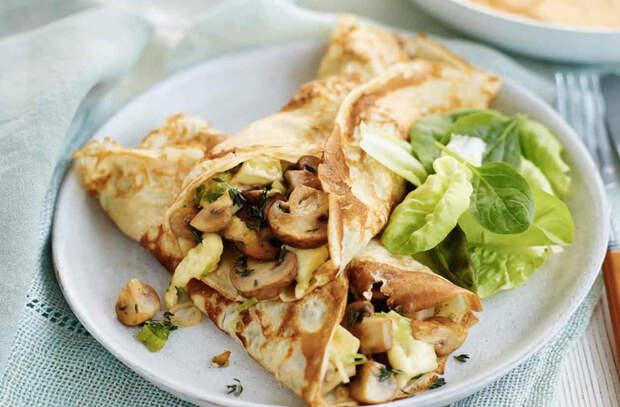 Заворачиваем закуску в блины: семга, курица и мягкий сыр