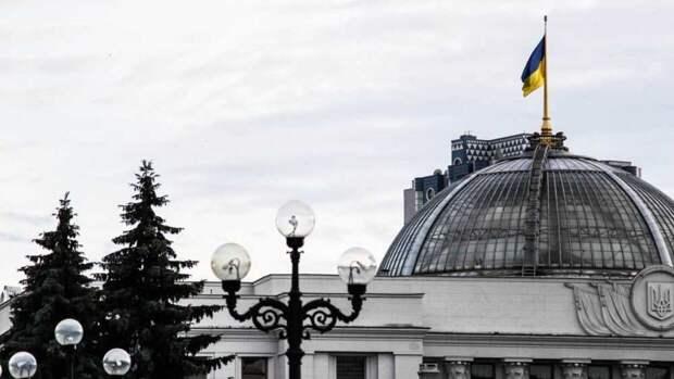 """""""Георгиевскую"""" стелу под Киевом перекрасили в цвета украинского флага"""