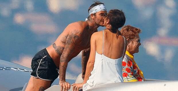 Виктория и Дэвид Бекхэмы целуются на яхте Элтона Джона