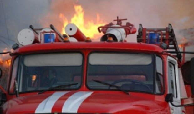Пожар вОрске уничтожил автомобиль иповредил гараж