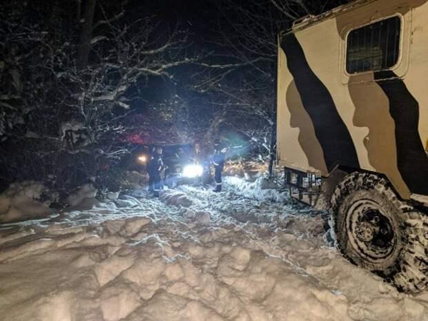 В горах Крыма два автомобиля застряли в снегу ночью