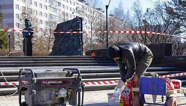 Рабочие готовят памятники Мытищ ко Дню Победы