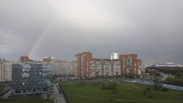 Петербуржцы восхитились появившейся в небе огромной радугой
