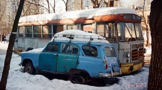 ЗИЛ-158 во дворе на Просторной, у пересечения с Зельевым переулком. Москвич-423 принадлежал хозяину автобуса, и почил в бозе в другое время и в другом месте. 1996 год, фото из архива Михаила Красинца ЗИЛ-158В, авто, автобус, зил, лиаз, олдтаймер, реставрация, рето автобус