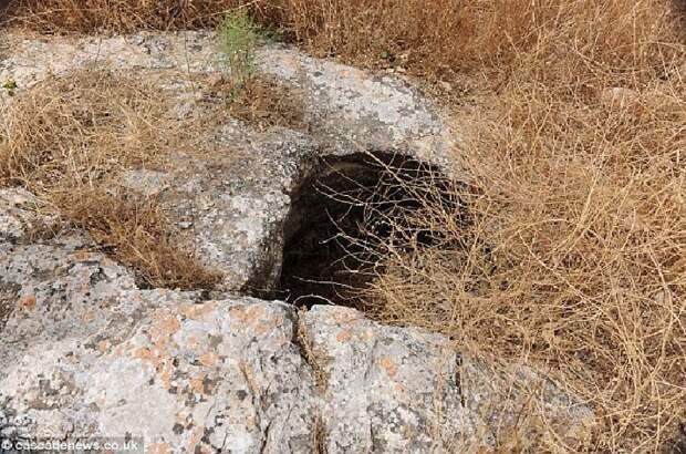 Пещера, в которой были зарыты свинцовые книги. В ней скрывались и древние христиане.