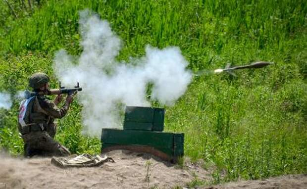 На фото: во время стрельбы по мишени из гранатомета РПГ-7