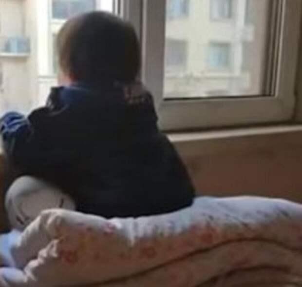 Трехлетняя девочка ежедневно часами смотрела в окно, затаив дыхание. Причиной оказалась квартира в доме напротив