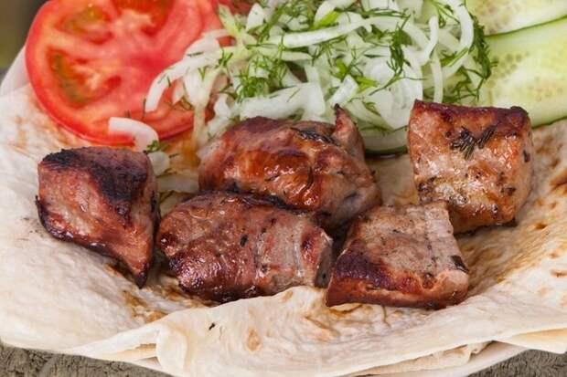 4. Шашлык из свинины в белом вине еда, лук, май, мясо, пикник, рецепт, рыба, шашлык
