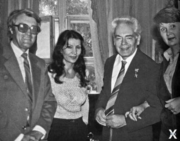 Джуна и Аркадий Райкин (в центре фото...