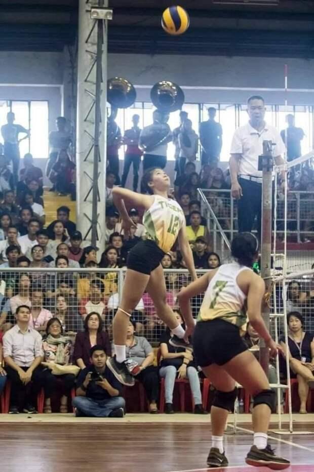 Волейболистка в прыжке