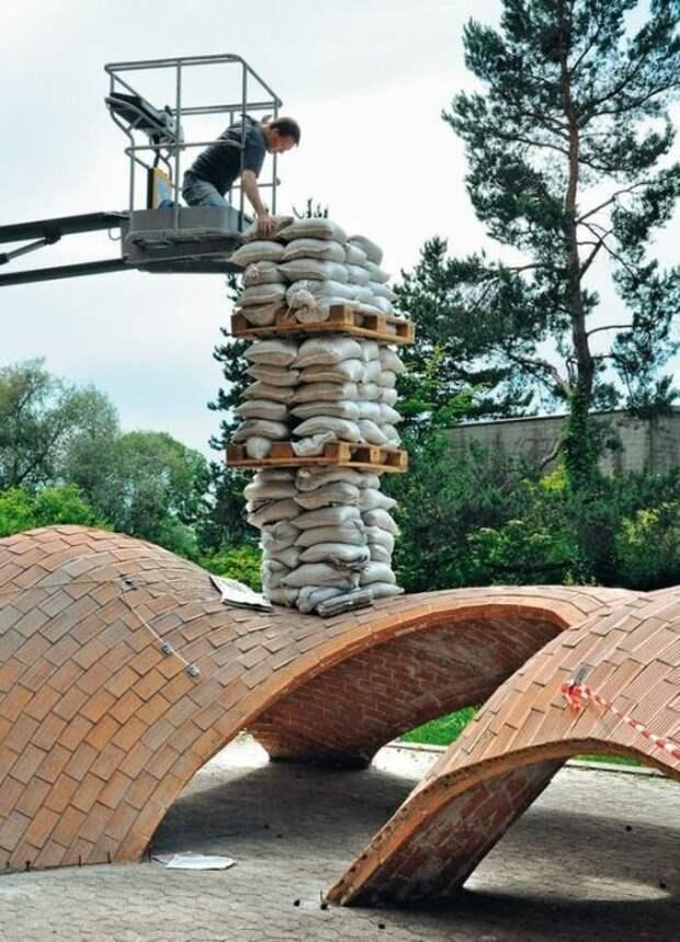 Проверку на прочность арочные конструкцию проходят не только сотнями лет, но и природными катаклизмами.   Фото: pinterest.com.