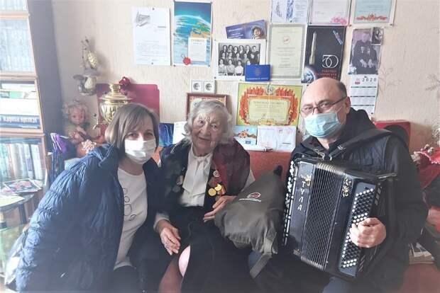 В Ховрине сотрудники «Московского долголетия» поздравили ветерана космической отрасли