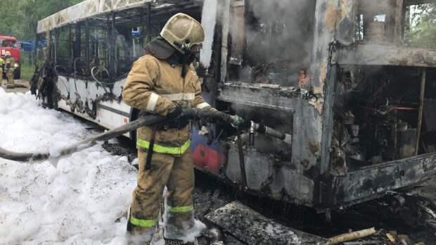 Подробности пожара с автобусом в Удмуртии, спасение из водорослей и необычный способ защиты от ковида: что произошло минувшей ночью