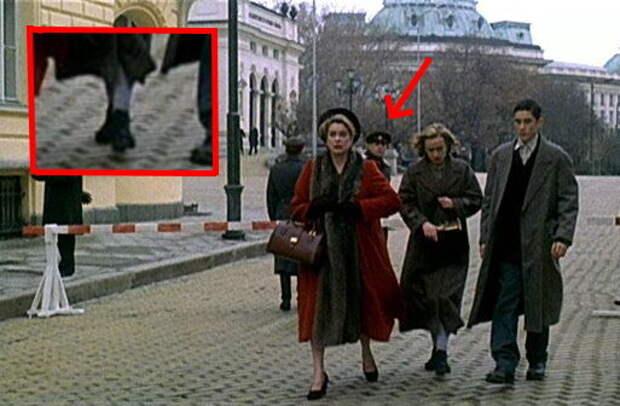 """Кадр из фильма """"Восток-запад"""" Те самые чулки, на которые обратил внимание советский пограничник."""