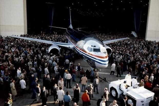 Boeing 737-300 впервые выкатывают из производственного ангара