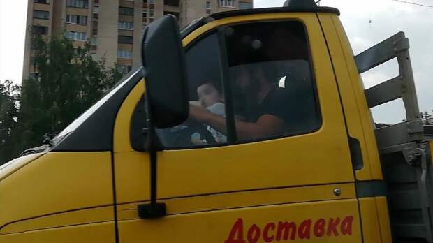 «Петрович» уволил водителя, усадившего ребёнка за руль грузовика – видео
