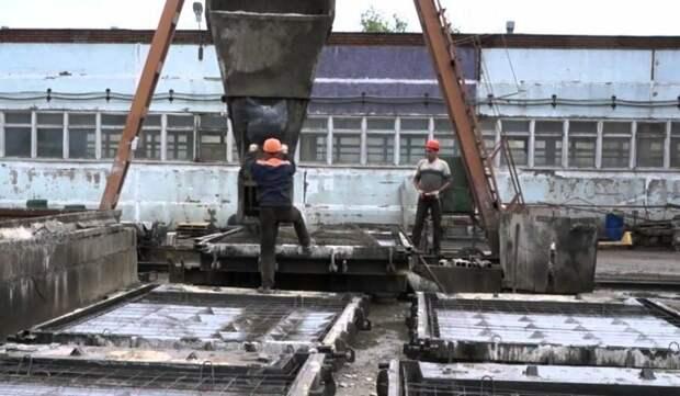 Завод ЖБИ. Заливка форм. Фото: tn.fishki.net
